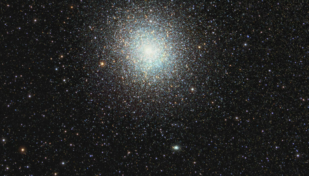A globular cluster is a spherical collection of thousands – in some cases millions – of stars. A few ball-shaped clusters, such as 47 Tucanae here in the southern firmament, appear to our eyes as diffuse fogs. However, it is possible to see the individual stars in these clusters using precision telescopes. (Photo: Thomas V. Davis, www.tvdavisastropics.com)