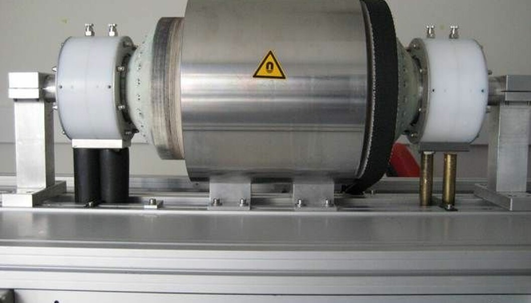 The MagCool prototype as it looks now. Inside the cylinder are cases containing the magnetocaloric substance gadolium. When the cylinder rotates, the cases are moved past a permanent magnet. The substance is magnetised and demagnetised during rotation. Meanwhile, a water flow that passes through the cases ensures that the heated and cooled water is distributed on each side of the device.