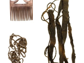 A comb and amulets from the inner coat. (Photo: the National Museum of Denmark)