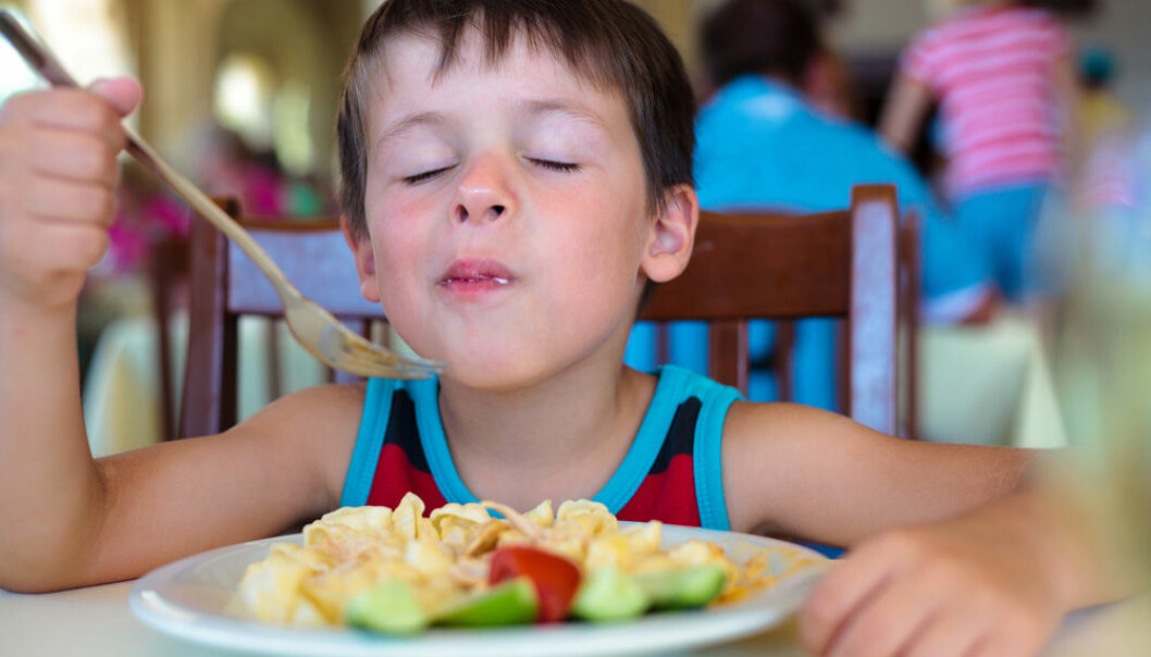 Kids are more likely to go for familiar food such as pasta and French fries than exotic new food. But an experiment with almost 20,000 schoolchildren suggests that boys are more likely to try out unfamiliar food than girls are. (Photo: Colourbox)