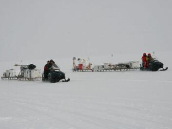 Researchers carrying radar equipment 50 km across the ice on sledges. (Photo: NEEM).