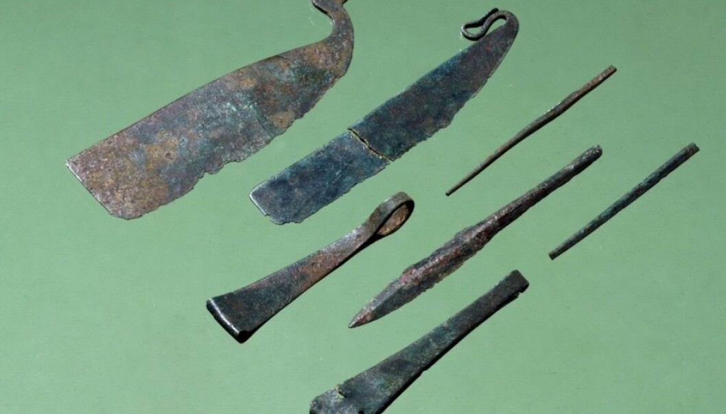 Many men were buried with shaving kits in the early Bronze Age. Razors and tweezers made of bronze have been found on Denmark's Funen (Fyn) Island. (Photo: National Museum of Denmark)