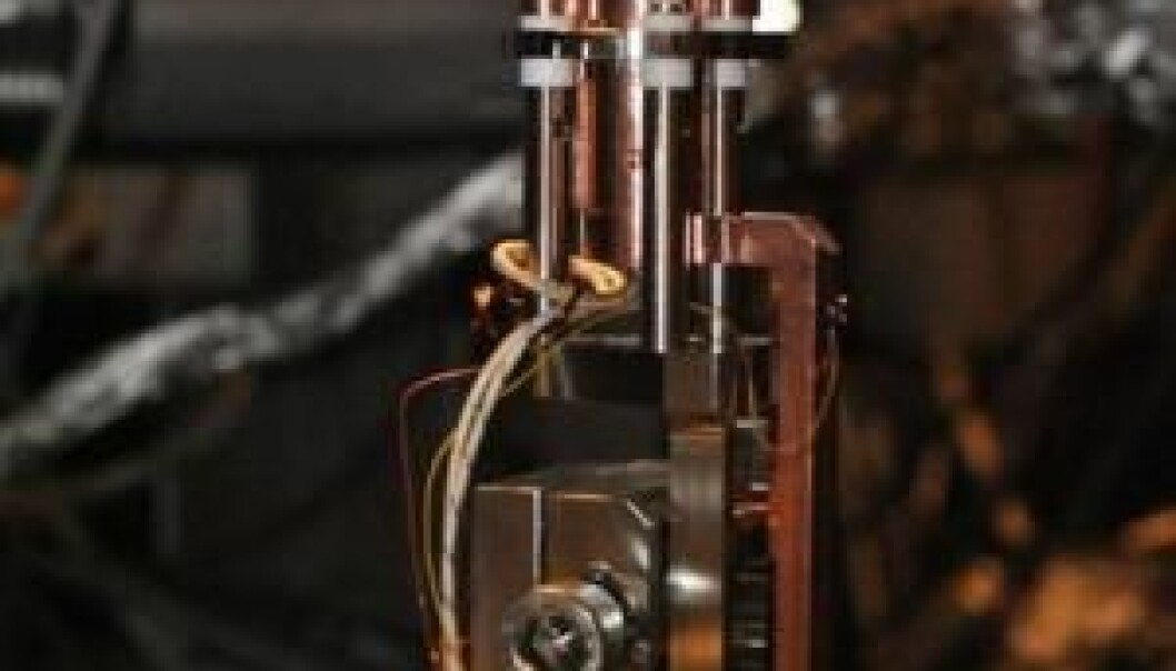 The picture shows part of the apparatus used by scientists at Aarhus University in their discovery of the electric spontelectric phenomenon. At the top there is a thin piece of gold. On the surface of the gold the scientists condensed laughing gas, creating a huge electrical field within the thin film. (Photo: David Field)
