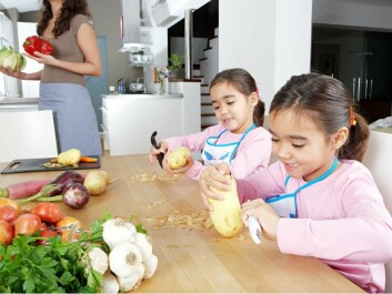 "Caption: Allowing children to cook at home, makes them more open to trying new dishes. (Photo: <a href=""http://www.shutterstock.com/da/pic-110769608/stock-photo-mother-and-twin-daughters-learning-to-peel-potatoes-together-in-the-kitchen-using-a-chopping-board.html""target=""_blank"">Shutterstock</a>)"
