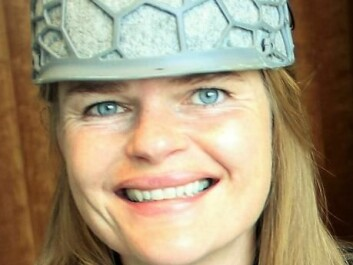 ScienceNordic journalist Anne Ringaard tests the Plato helmet. (Photo: ScienceNordic)
