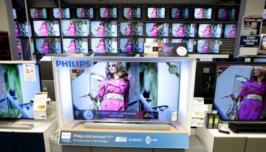 Consumers who are blocked from touching a demonstrated item compensate by buying more expensive products, according to a Swedish study. Portraits of beautiful women in a store tend to make men buy unhealthy food as a form of compensation or comfort. (Photo: NTB/Scanpix)