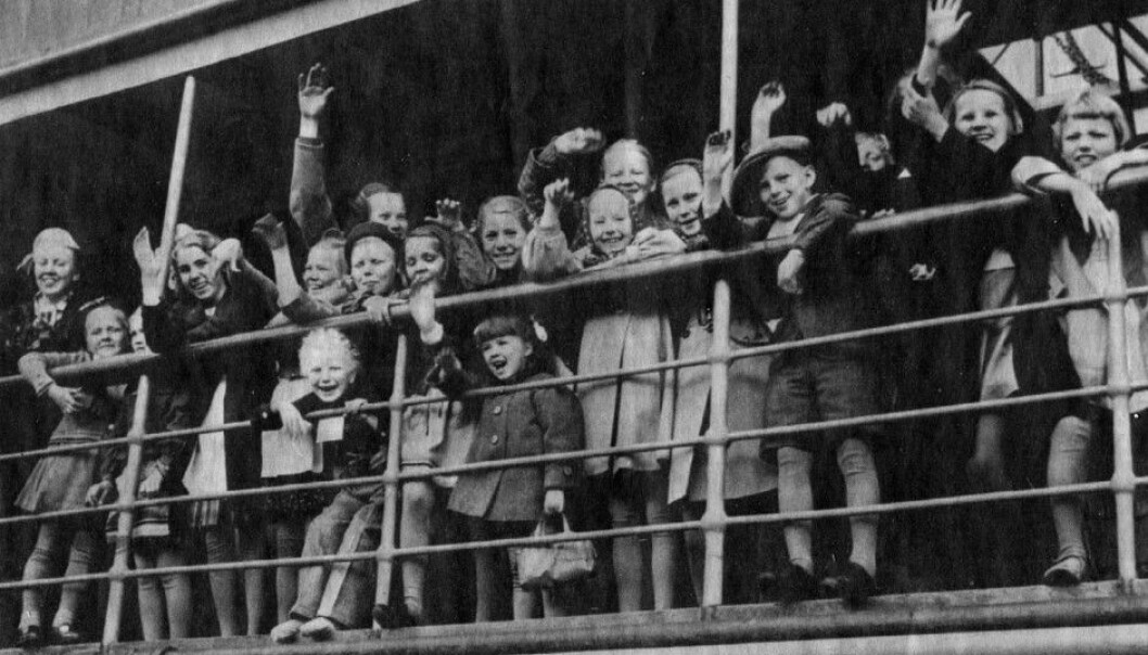 Finnish children fleeing war and waving from the ship Arcturus, on their way to Sweden in June 1941. These children would later in life be more prone to hospital admittances for mental disorders than siblings who stayed home. Moreover, their children have also run a higher risk of serious mental illnesses. (Photo: Anonymous photographer, released by Wikimedia Commons)