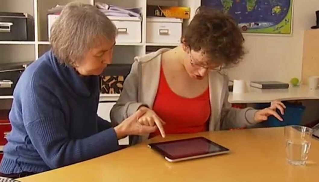 Facilitated communication is supposed to help people who suffer from autism to communicate. But research shows that the facilitator unknowingly decides what the patient writes. (Photo: YouTube Screenshot)