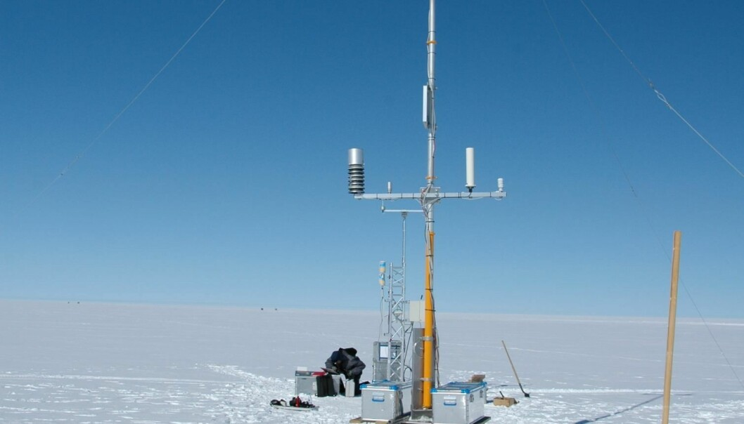 A DMI weather station on the Greenland ice sheet (Photo: DMI)