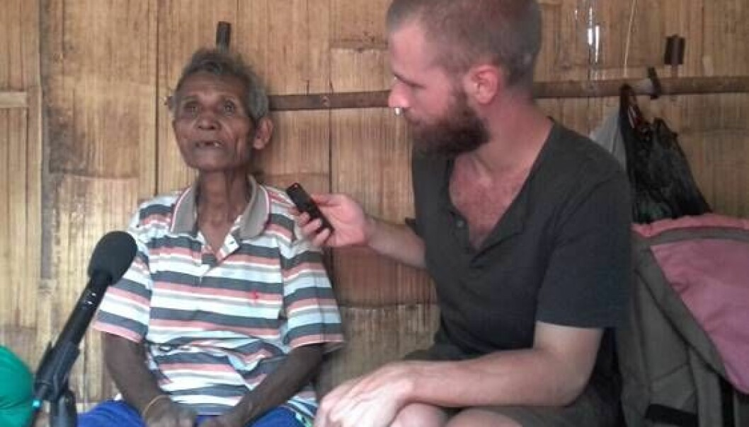 Linguist and researcher Jeroen Willemsen is recording a story told by a Reta speaking man as part of his field work in Indonesia. (Foto: Jeroen Willemsen)
